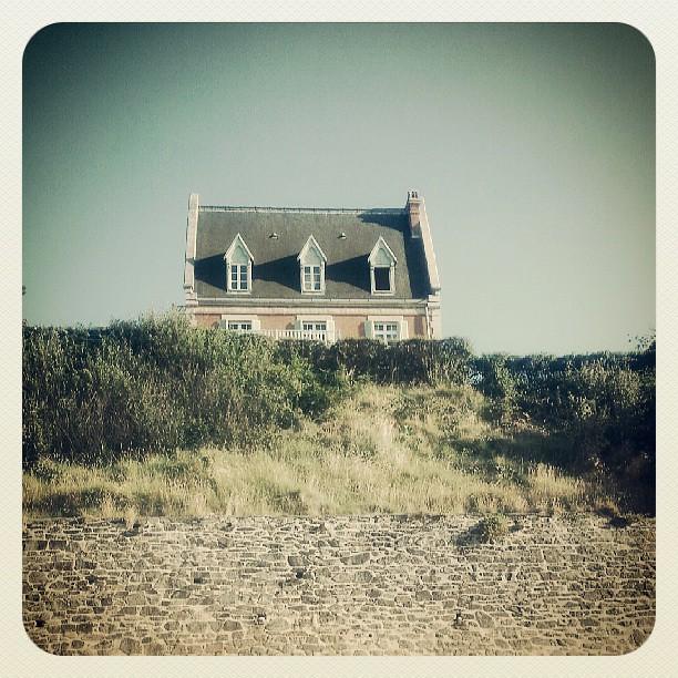 Sur la plage definition meaning for A la maison meaning