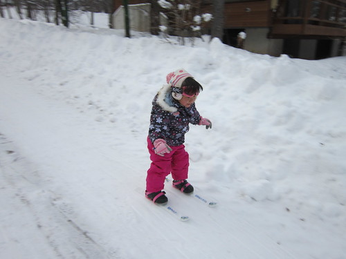 スキーをする上の孫娘~山荘前で 2014.1.13 by Poran111