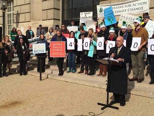 美國環保局6日在華盛頓DC舉辦新電廠碳排限制公聽會,會場外有團體聲援。(圖:Moms Clean Air Force)