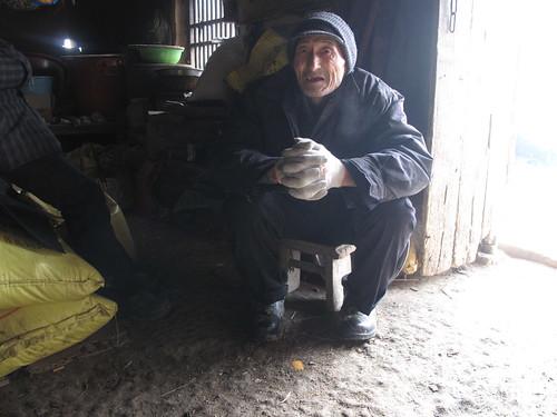 胡老爺爺說死鷹是撿來的,媒體看他家門口掛著一頭死鷹,就讓他手拿著拍照。圖片提供:林吉洋