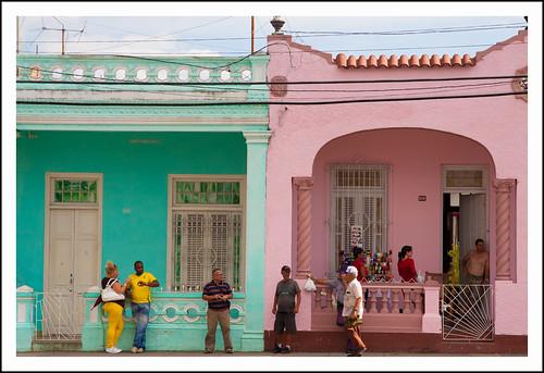 gekleurde huizen in Cuba by hans van egdom