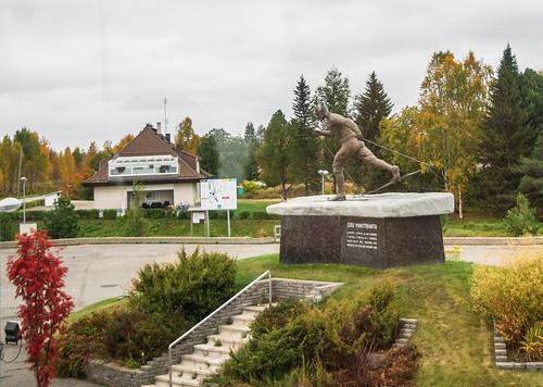 statue finland skiing lapland lappi pello patsas hiihto skiier ruskaretki hiihtäjä eeromäntyranta pellopellolaplandfinland