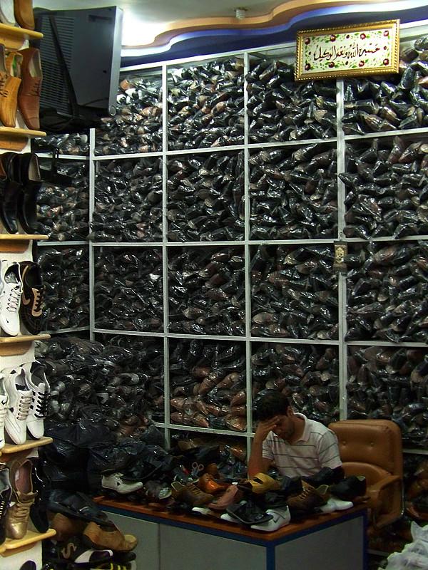 Enorme montaña de zapatos en una tienda de Fez en Marruecos