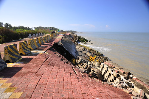 沙灘消失而觀海平台地基也受海潮侵蝕消失@台南黃金海岸