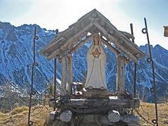 Foto per 18a. La Madonnina sul Col di Caneva, circondata da resti della Grande Guerra.