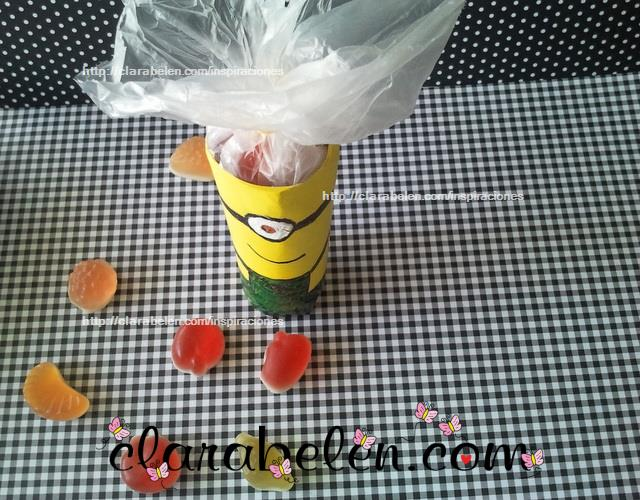 dulcero minions hecho con rollos de carton y globos amarillos