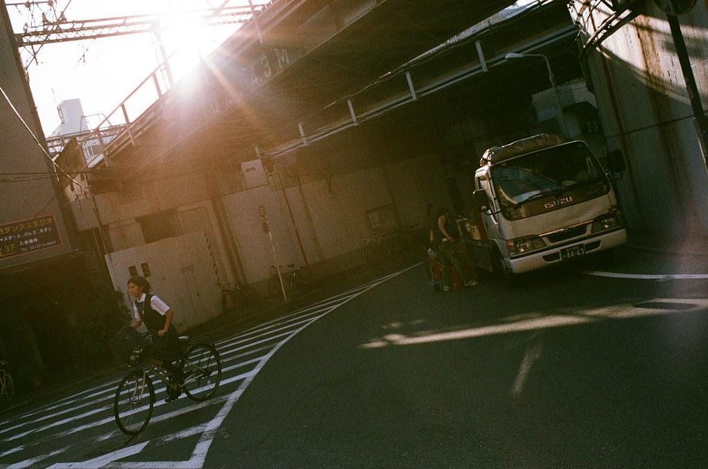 代官山 Tokyo, Japan / AGFA VISTAPlus / Nikon FM2 這裡我等了好久,因為周圍都會停貨車,但想要一個和那時候一樣乾淨的畫面,可是我等好久,那時候太陽漸漸要落下了,再等下去,就沒有一個比較好的光線。  但我還是拍起來了,算是放棄嗎?而選擇了一個較不完美的畫面,是嗎?  Nikon FM2 Nikon AI AF Nikkor 35mm F/2D AGFA VISTAPlus ISO400 1000-0023 2015-10-03 Photo by Toomore