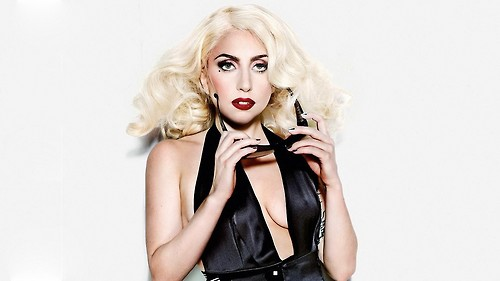 Lady Gaga postpones tour