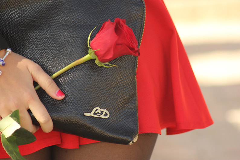 falda-roja-con-blusa-negra-HeelsandRoses-(8)