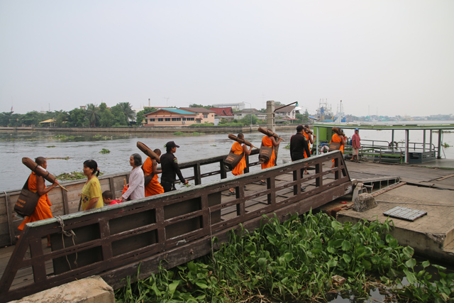 Crossing the river at Mahachai