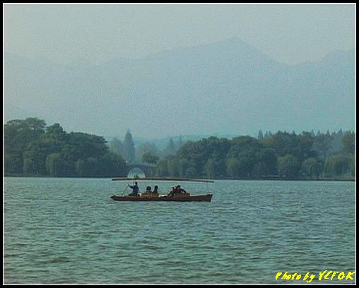 杭州 西湖 (其他景點) - 378 (西湖 湖上遊 往湖心亭 湖上的小艇 背景是蘇堤上的壓堤橋)