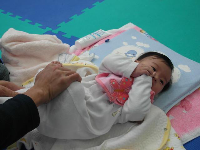 Birthlight嬰兒瑜珈:腳踝移到髖關節之柔軟操