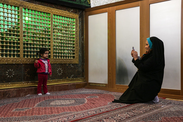 Mother taking a picture in Emamzade-ye 'Ali Ebn-e Hamze, Shiraz シラーズ、アリー・エブネ・ハムゼ廟で写真撮る親子