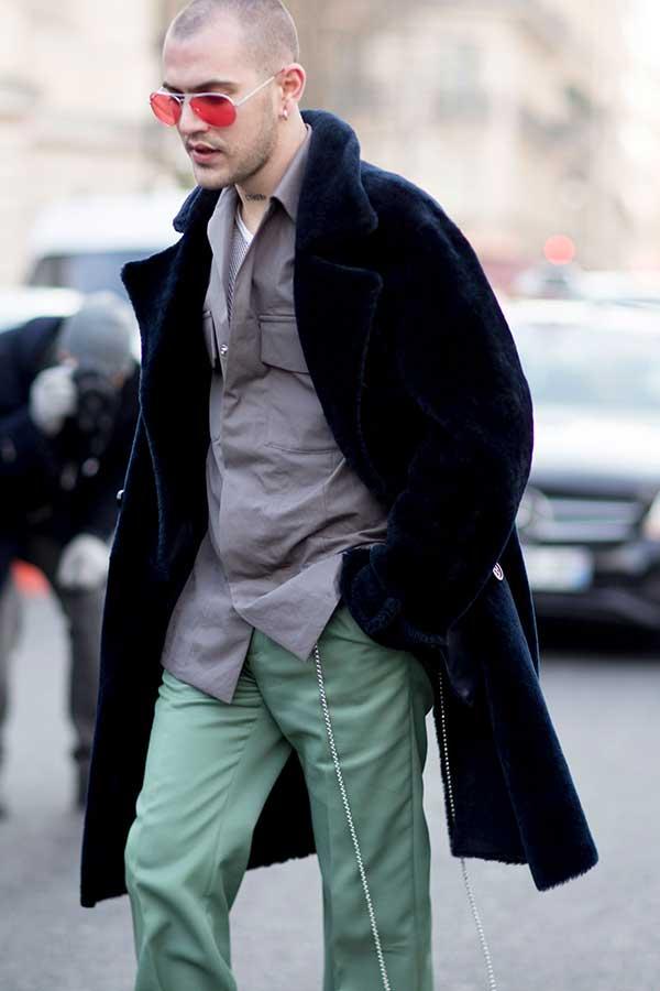 ネイビーダブルボタンボアコート×グレーシャツ×ライトグリーンスラックス