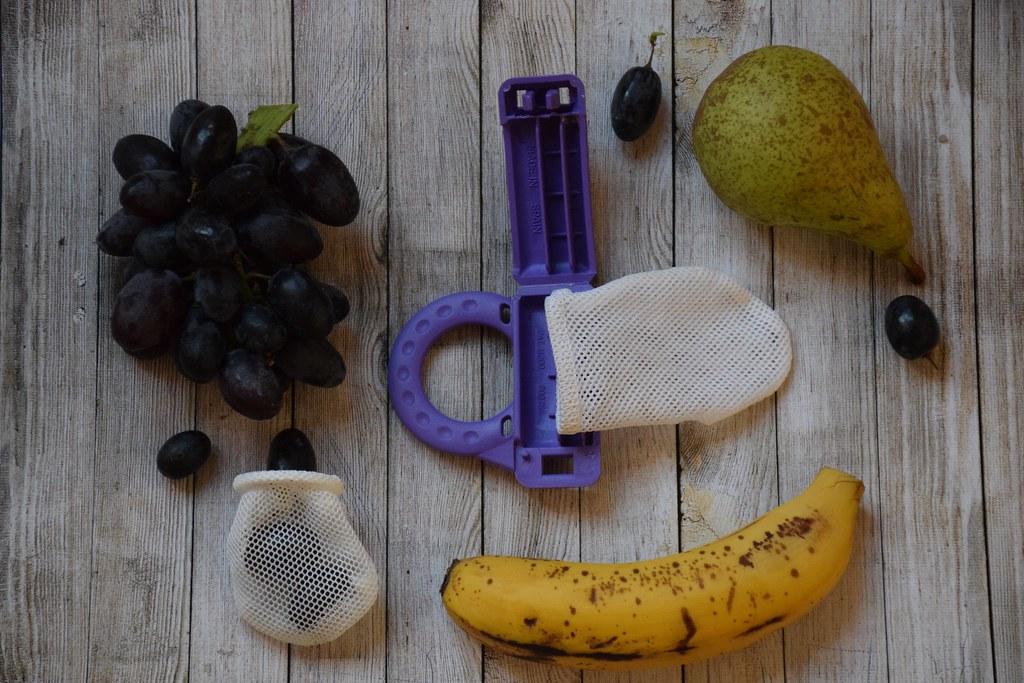 El alimentador antiahogo de Eva. Lo podéis rellenar de fruta fresquita.