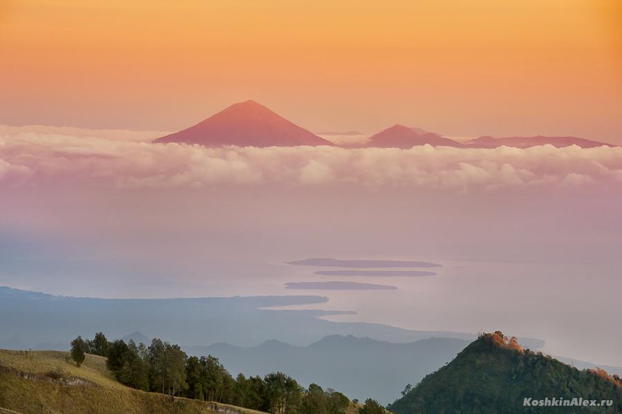 Вид с вулкана Ринджани на острова Индонезии