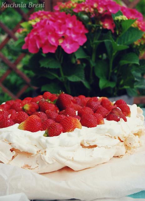 Waniliowy tort bezowy z bitą śmietaną i truskawkami