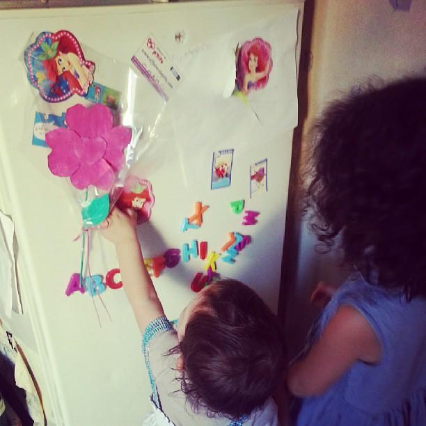 Et embête sa soeur qui essayer d'apprendre son alphabet ^^ #blog #blogueuse #ourlittlefamily #france