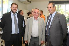 L'alcalde de Manlleu, Pere Prat, acompanyat dels socis de Quopiam Òscar Barrabés i Joan Parés. Crèdit: Miquel Rovira.