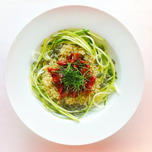 Quinoa week. Recipe n.3: raw spaghetti courgette, white quinoa, sun dried peppers, pumpkin seeds, garlic sprouts. Extra virgin olive oil. #salad #salads #saladjam #saladlunch #veg #vegan #veggie #veganlunch #veganshare #vegetarian #health #healthy #health