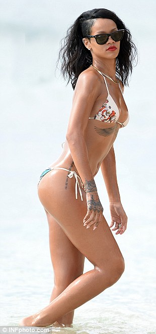 rihanna oiled down in bikini (8)