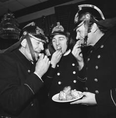 Brandweerlieden eten oliebollen / Firefighters eat 'oliebollen
