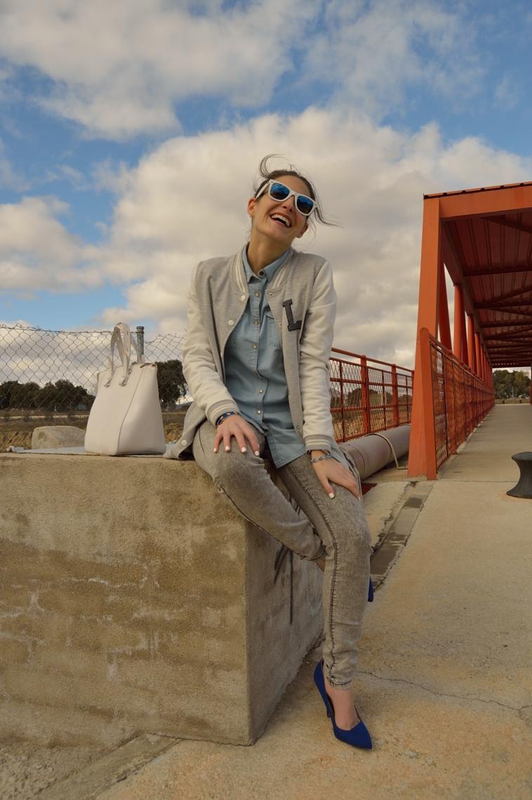 lara-vazquez-madlula-blog-blue-heels-white-details-outfit-grey-look