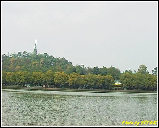 杭州 西湖 (其他景點) - 142 (從白堤上望向北裡湖及杭州地標 保淑塔)