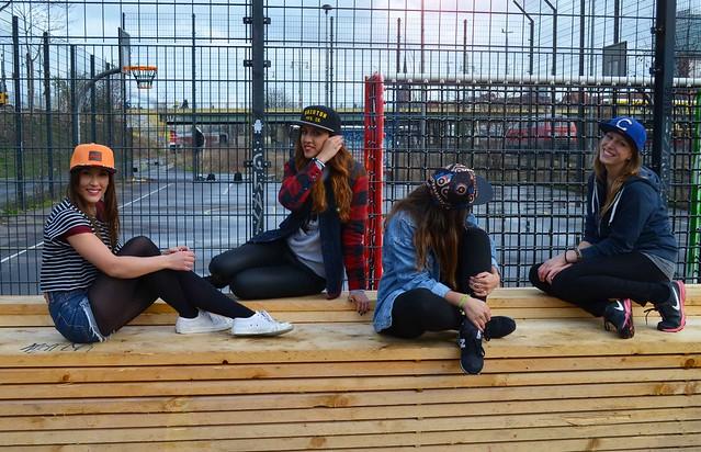 Caro, Belén, Dina y Alba con gorras para la sesión de fotos de Chicks with Caps