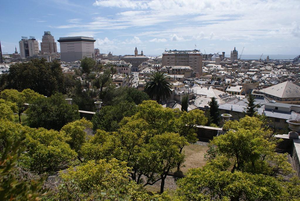 Vue depuis le musée asiatique sur les toits en ardoise blanche de Gênes.