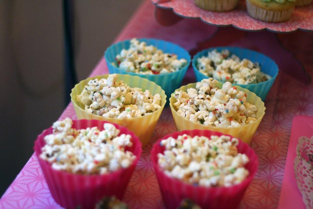 popcorn mit weißer schokolade