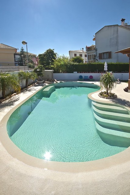 Piscina de arena con agua de color turquesa y plantas sand pool with turquoise water and - Piscinas color arena ...