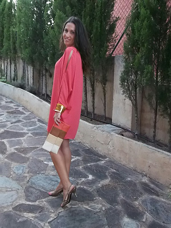 Vestido, túnica, mangas  largas con aberturas, coral, dorados, puños, sandalias, clutch, dress, tunic, long sleeves with slits, golden details, sandals, clutch