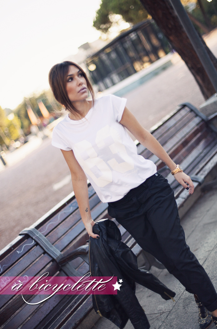 street style barbara crespo a bicyclette bartabac tshirt outfit plaza de colon madrid