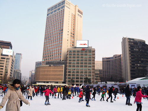Patinar sobre hielo en la céntrica Seoul Plaza es una propuesta muy navideña y divertida