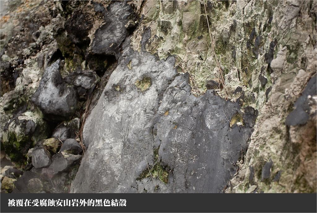 被覆在受腐蝕安山岩外的黑色結殼