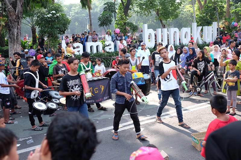 Seniman Jalanan pentas di depan Taman Bungkul, diacara Car Free Day Surabaya, jl Darmo #cfd #cfdsurabaya #carfreeday #surabaya