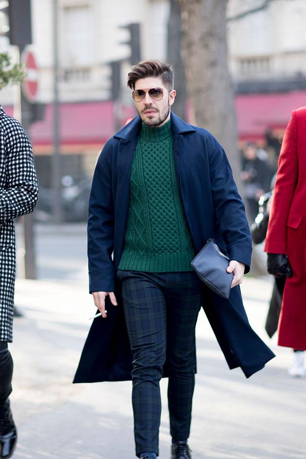ネイビーステンカラーコート×グリーンハイネックセーター×ブラックウォッチスラックス
