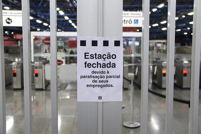 Estación de metro cerrada en la ciudad de São Paulo; el episodio se repitió en diversos puntos de la ciudad - Créditos: Thiago Hersan