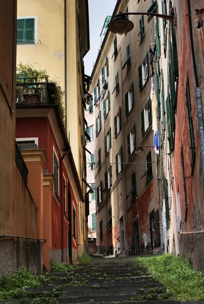 Escalier et ruelle dans le quartier de Pré à Gènes.