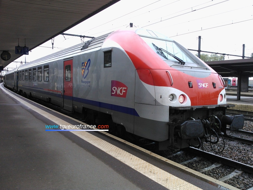 Vue d'une voiture-pilote Corail B5uxh de la SNCF aux couleurs de la Région Bourgogne