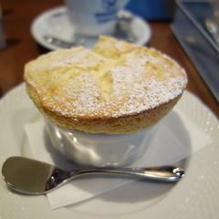 星乃珈琲店の「バニラスフレ」。メレンゲ+カスタードプリンといった味わい。