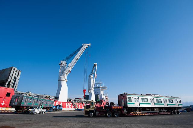 新潟東港 埼京線205系電車 船積み