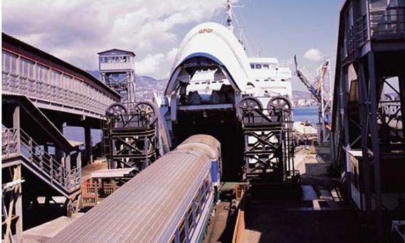 estrecho de Messina: Barcos embarcando los trenes que cruzan hasta Sicilia cruzar de italia a sicilia - 12087516614 cbd5b34ed4 z - Cruzar de Italia a Sicilia por el estrecho de Messina