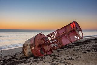 Balise américaine rouge échouée sur la plage du Jars à Ars-en-Ré
