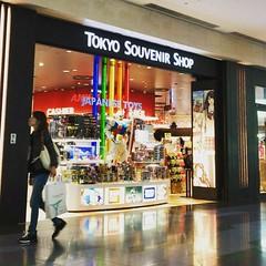 TOKYO Souvenir Shop. ガンダム、キティちゃん、JK