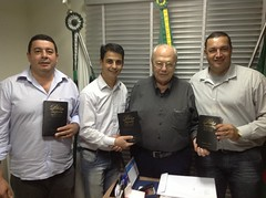 JUSSARA-Jul 2013-DEP ZACHAROW ENTREGA BIBLIAS AO CHEFE DE GAB ANTONIO DA SILVA ,VICE-PREFEITO  ROBISON PEDROSO DA SILVA, PREFEITO TATINHA-   MOACIR LUIZ PEREIRA VALENTIN