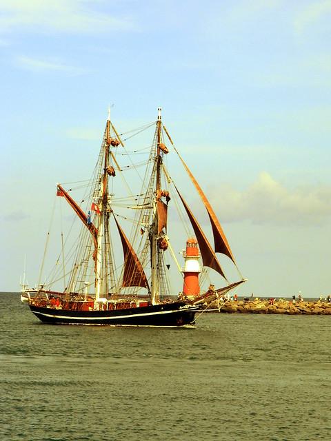 Schiff und Leuchtturm