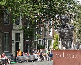 Multatuli アムステルダム 近く の画像. amsterdam statue bench tourists multatuli eduarddekker