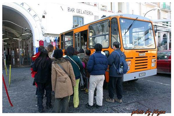 1108880043_超級擠的迷你巴士
